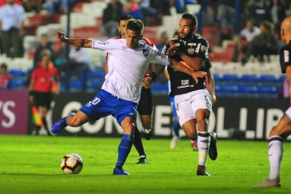 Felipe Caraballo dispara ante la marca de Réver. (Foto: AFP)