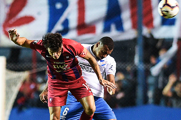 Carvalho y Haedo van al juego aéreo. (Foto: AFP)
