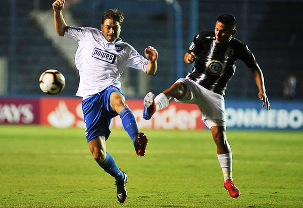 Neves y Gallardo se enfrentan por el balón. (Foto: EFE)
