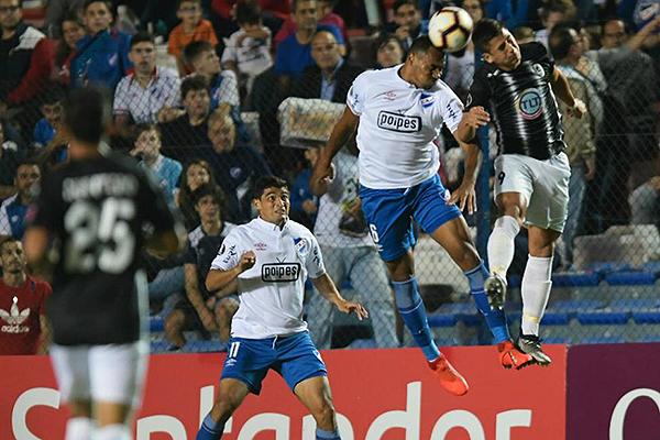 Carvalho y Paiva disputan el balón por arriba. (Foto: Ovación Digital)