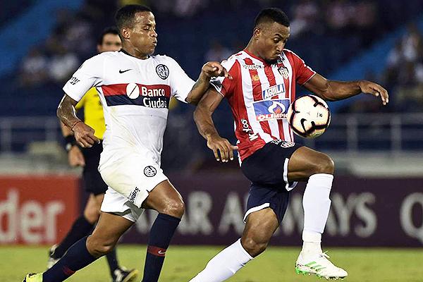 Loaiza y Narváez luchan por el balón. (Foto: AFP)