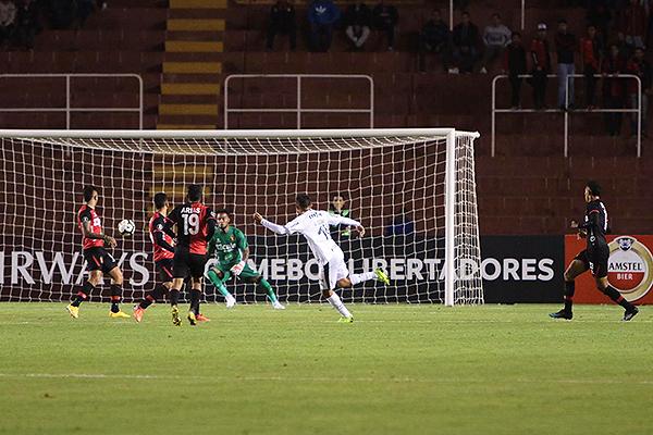 Gustavo Scarpa define ante el arco de Cáceda. El hombre del Palmeiras fue el mejor de la cancha. (Foto: Fredy Salcedo / DeChalaca.com)