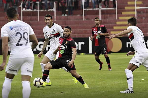 Joel Sánchez no tuvo la fluidez de otras actuaciones. La presión de San Lorenzo hizo difícil el trabajo del 'Dominó'. (Foto: Fredy Salcedo / DeChalaca.com)
