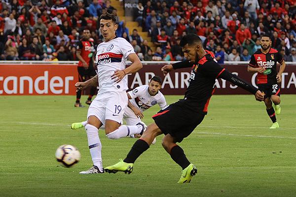 Alexis Arias remata ante la presión de Ruben Botta. (Foto: Fredy Salcedo / DeChalaca.com)