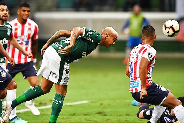 Deyverson gana de cabeza para establecer el primer gol del Palmeiras. (Foto: Globoesporte)