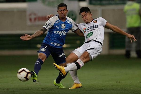 Paolo Fuentes no pudo en el duelo individual con Dudu. (Foto: AFP)