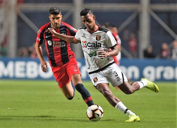 La irresponsabilidad de Narváez le costó buena parte del resultado a Melgar. Acá el ecuatoriano sale con balón ante Blandi. (Foto: Prensa San Lorenzo)