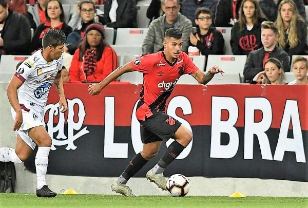 Bruno Guimaraes fue clave no solo por el gran gol que marcó: también desbordó y hasta condujo al mediocampo rubronegro. (Foto: Prensa Athlético Paranaense)
