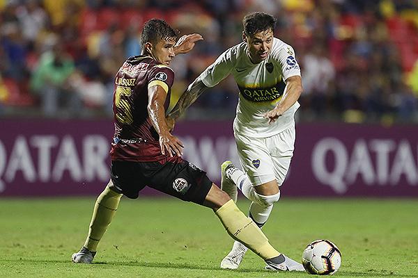 Zárate deja atrás a Vásquez. El ex Vélez anotó para Boca. (Foto: Prensa Boca Juniors)