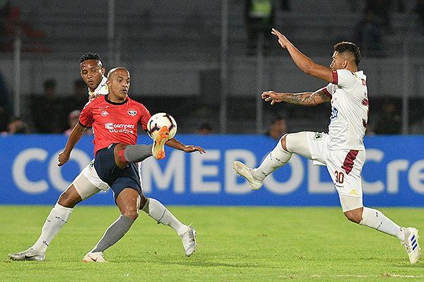 Serginho intenta salir ante Gordillo. (Foto: ATB Digital)
