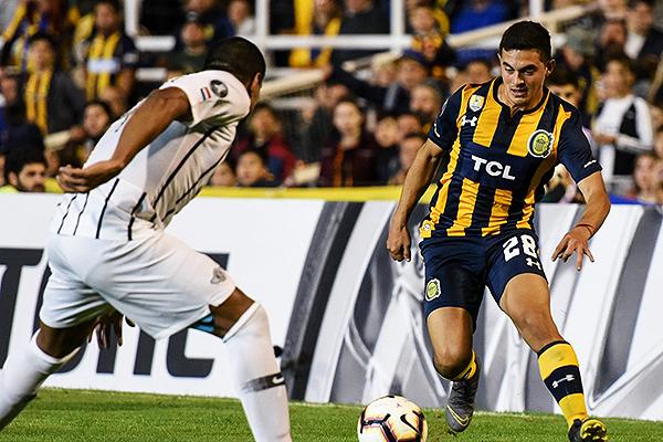 Lovera intenta amagar a Da Silva. (Foto: Prensa Rosario Central)