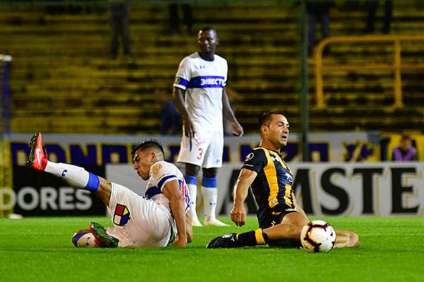 Rinaudo y Kuscevic se quedan en el césped tras el duelo por el balón. (Foto: El Ciudadano)