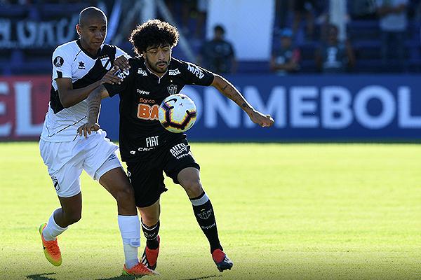 Luan Silva se saca del camino a Rodríguez para emprender el ataque. (Foto: Conmebol)
