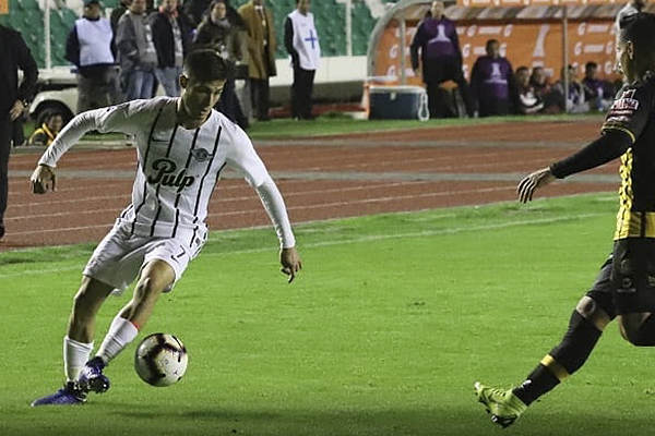 Rodrigo Rivero se enfrenta a Diego Wayar. (Foto: Prensa Libertad)