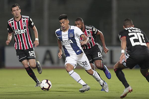 Juan Ramírez emprende carrera y Jucilei no lo alcanza. (Foto: Prensa Atlético Tucumán)