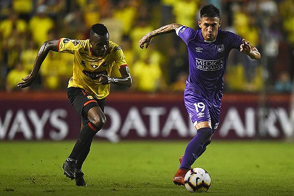 Beder Caicedo le dejó muy pocos espacios a Pablo López, quien fue de los más flojos en Defensor Sporting. (Foto: Conmebol)