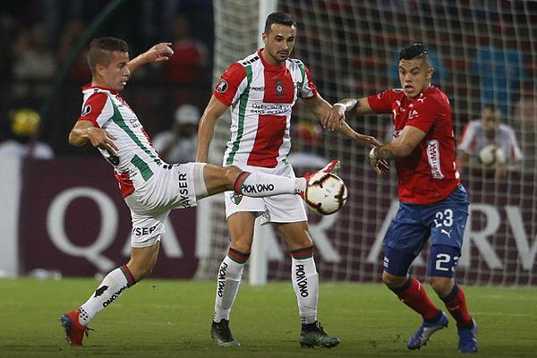 César Cortés evita el avance de Leonardo Castro. (Foto: AFP)