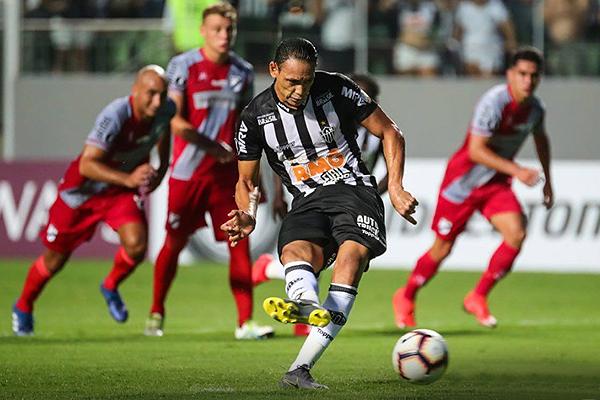 Ricardo Oliveira dispuesto a anotar de penales. (Foto: Prensa Atlético Mineiro)
