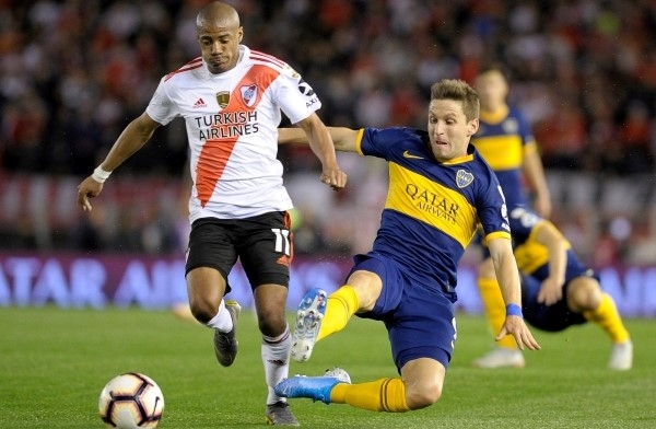 No solo a Capaldo le fue mal en la noche de Núñez: Soldano anduvo perdido ubicado como extremo por derecha. Acá se le va De La Cruz. (Foto: AFP)
