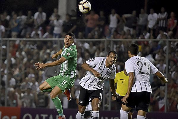 Paulo da Silva hizo estéril el trabajo de Óscar Duarte. (Foto: AFP)