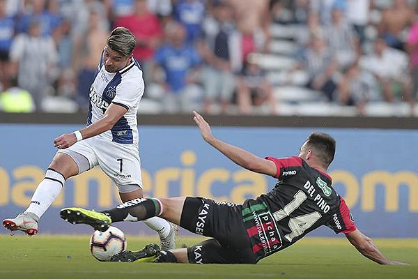 Sebastián Palacios se encargó de complicar a Luis Mago. Aunque básicamente en el primer tiempo. (Foto: AFP)