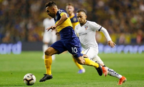Tévez, de buena noche, le dio un pase gol a Soldano que este desperdició. Aquí el 'Apache' elude a Édison Vega. (Foto: diario La Nación)