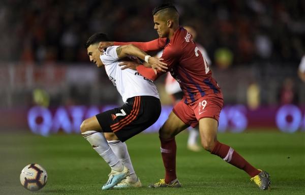 Suárez protege el balón de Saiz. (Foto: Prensa River)