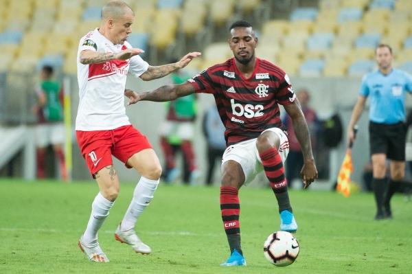 Gerson, de grato ingreso, disputa el balón con D'Alessandro. (Foto: Prensa Flamengo)
