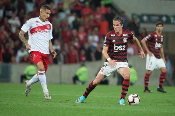 Guerrero se la pasó más en reclamos. Acá observa la salida de Filipe Luis. (Foto: Prensa Flamengo)