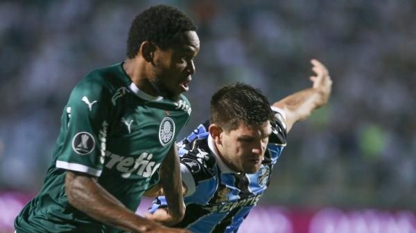 Luiz Adriano, autor del primer tanto de la noche, disputa el balón con el argentino Kannemann. (Foto: UOL)