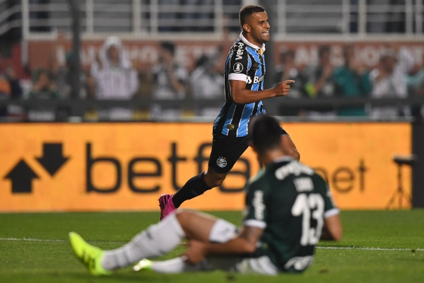 Alisson dio la asistencia para el primer gol y acabó celebrando el segundo. (Foto: AFP)