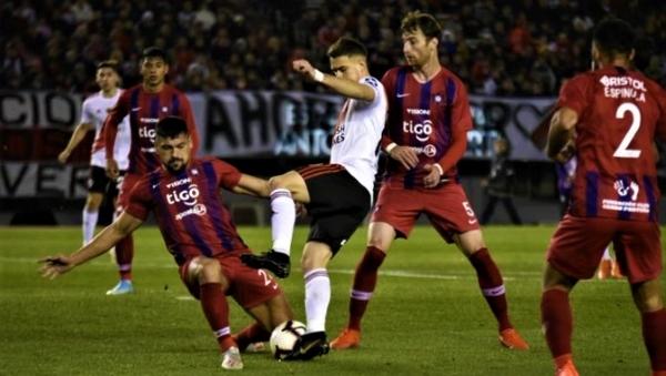 Aguilar le cierra el paso a Borré. Antes, en una jugada similar, se había producido el tempranero penal de Larrivey sobre De La Cruz. (Foto: AFP)