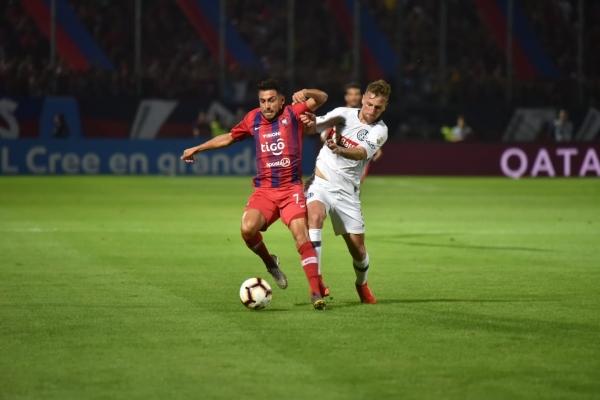 Carrizo volvió a perderse un gol hecho. Acá lucha el balón con Fértoli. (Foto: D10)