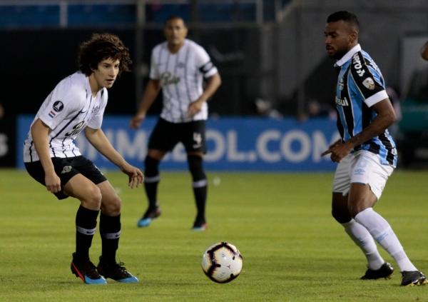 Leonardo Gomes con balón dominado ante la marca de Iván Franco. (Foto: Fútbol Paraguayo)