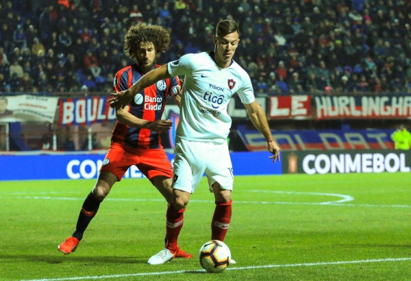 Coloccini fue fundamental para evitar el gol visitante. Acá va a la marca de Churín. (Foto: Prensa Cerro Porteño)