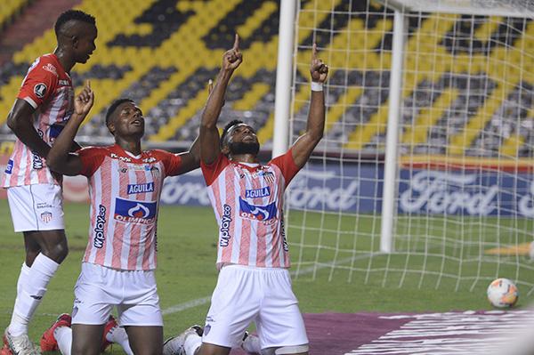 Borja alza los brazos para celebrar su tanto. El excampeón con Atlético Nacional volvió por sus fueros y ratificó que la Libertadores es un torneo que le acomoda. (Foto: AFP)