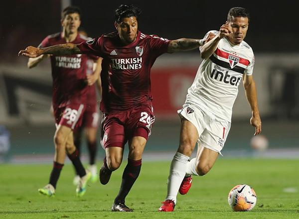 Enzo Pérez, una vez más, impuso su jerarquía, incluso ante un rival de similar bagaje como Hernanes. (Foto: AFP)
