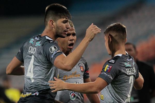 Osio felicita a Fereira por su gol. El zaguero anduvo atento y se convirtió en muralla ante los intentos del 'Medallo'. (Foto: AFP)