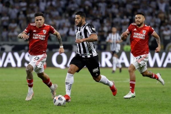 Hulk arrasó y anotó, como acá entre Enzo Fernández y Díaz. El ariete tendrá ahora como compañero de ofensiva a Diego Costa. (Foto: AFP)