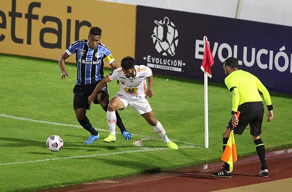 Bruno Cortez tiene muy controlado a Leandro Sosa. El lateral de Gremio fue el capitán y uno de los pocos titulares habituales que jugaron ante Ayacucho. (Foto: Conmebol)