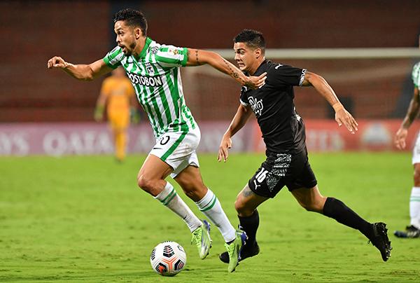 Andrade volvió a brillar en la volante verdolaga. Aquí conduce el balón por delante de Iván Ramírez. (Foto: Prensa Conmebol)