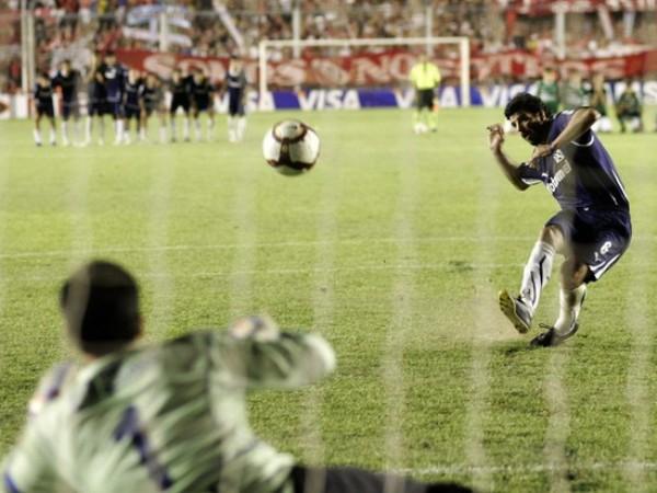 Eduardo Tuzzio y el preciso instante en que vulnera las redes del Goias en lanzamiento de penales y le otorga a Independiente el título de la Copa Sudamericana (Foto: AP)