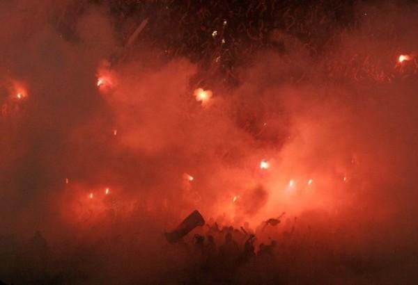FANTÁSTICO. Este fue el marco que tuvo el cotejo el Santiago. Los hinchas de la Universidad de Chile prepararon una verdadera fiesta. (Foto: Reuters)