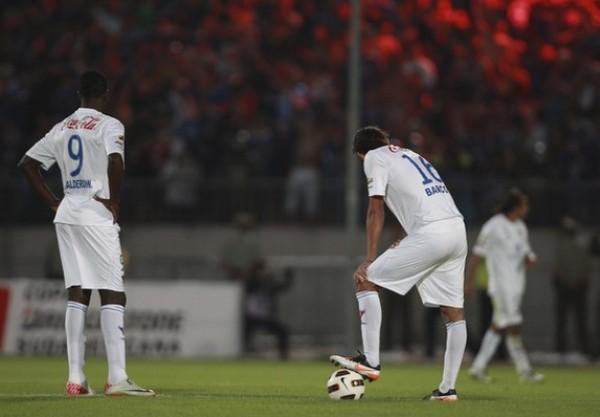 RESIGNADOS. Tras el 2-0 de la Universidad de Chile, los jugadores del cuadro ecuatoriano tiraron completamente la toalla. La resignación se hizo presente en ellos. (Foto: Reuters)