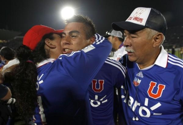 NACE UNA ESTRELLA. Eduardo Vargas celebró el campeonato junto a sus padres. (Foto: Reuters)