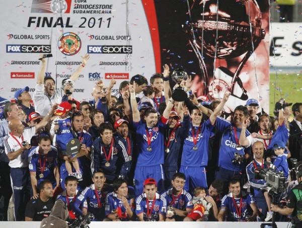 REYES AZULES. Así celebraron los jugadores de la Universidad de Chile su primer campeonato internacional. (Foto: Reuters)