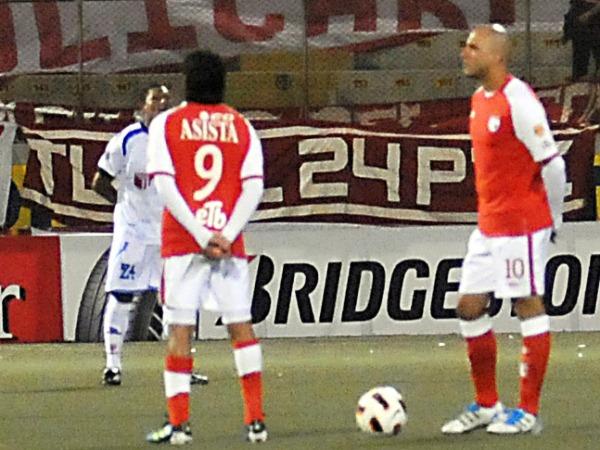 EL MINUTO. Sergio Galván Rey y Omar Pérez respetaban el minuto de silencio. Ambos fueron de suma importancia en el juego de Santa Fe. (Foto: diario La Industria de Trujillo)
