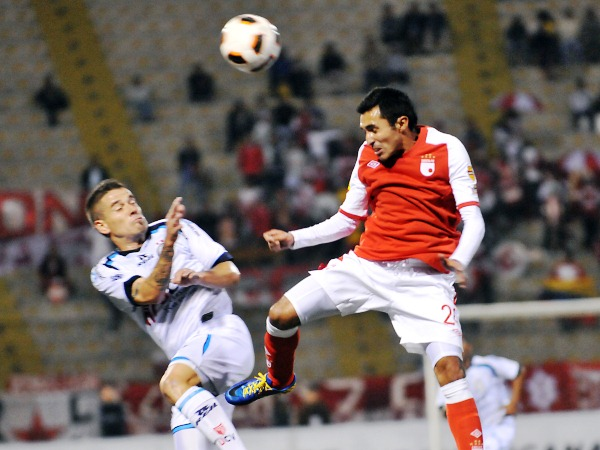 EL DUELO. Hugo Acosta tuvo muchos inconvenientes para controlar a Mario Leguizamón, el mejor jugador del local en la noche trujillana. (Foto: diario La Industria de Trujillo)
