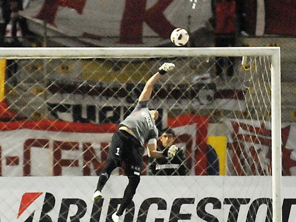 SIEMPRE SE LUCE. Se le recuerda pocas buenas actuaciones a Daniel Ferreyra. El arquero argentino nuevamente tuvo una destacada actuación. (Foto: diario La Industria de Trujillo)