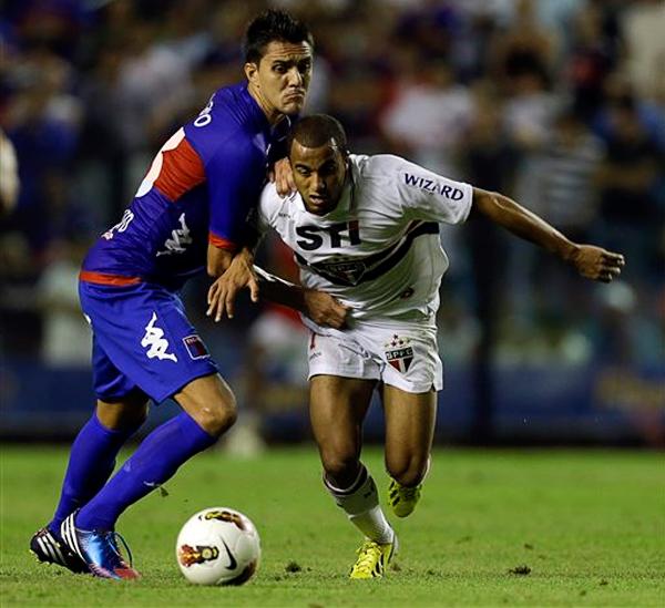 EL DUELO: La habilidad de Lucas tuvo a mal traer a Norberto Paparatto que debió recurrir a todo lo que pudo para frenarlo (Foto: AP)